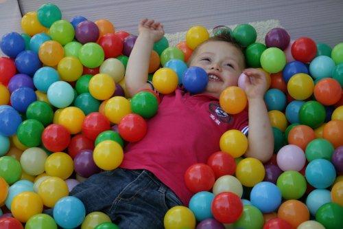 Cesto de 75 bolas para niños y niñas